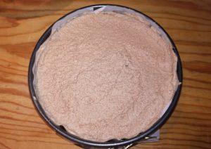 Mettere la mousse nello stampo - Torta mousse