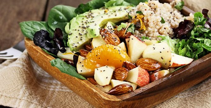 Insalate fredde con frutta e verdura