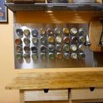 Come preparare un porta spezie calamitato, risparmiando spazio e dando un tocco di classe alla cucina.