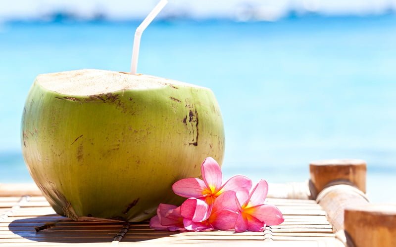 I migliori benefici del bere acqua di cocco
