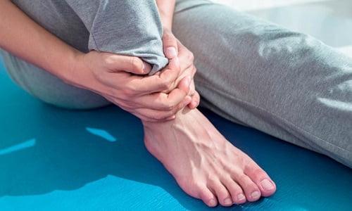 paziente che soffre di distorsione alla caviglia