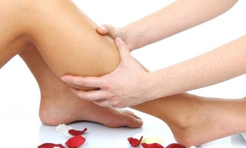 ragazza che soffre di cattiva circolazione alle gambe si sottopone a massaggio