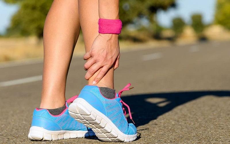 Perché vengono i crampi al polpaccio? Possibili cause e rimedi