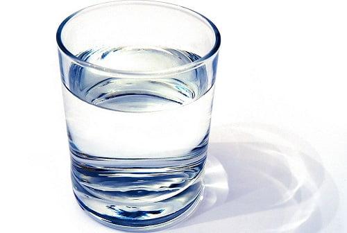un bicchiere d'acqua trasparente dopo il filtro purificatore