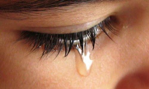 ragazza che soffre di lacrimazione eccessiva