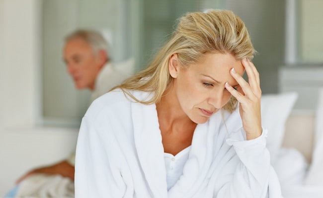 donna triste perchè soffre di dolori da menopausa
