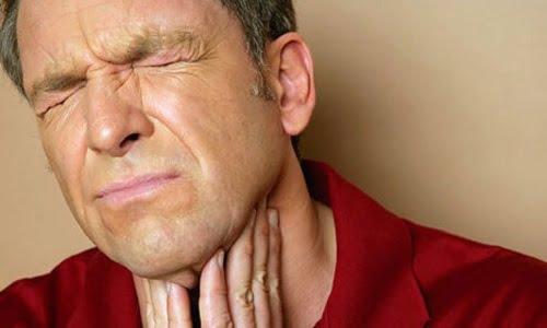 un uomo mostra la sua sofferenza dovuta al prurito alla gola