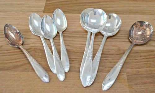 ecco il risultato sui cucchiaini dopo aver applicato i rimedi della nonna per pulire l'argento
