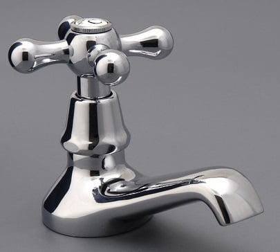 un rubinetto senza calcare dopo essere stato pulito coi rimedi della nonna