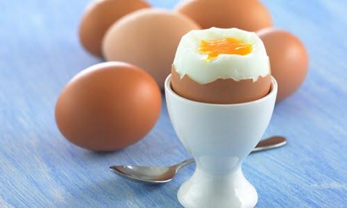 mangiare un uovo non fresco non fa di certo bene